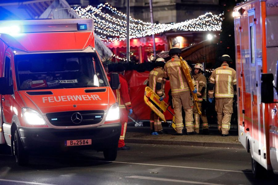 Un Camion Percute La Foule D'un Marché De Noël À Berlin 19