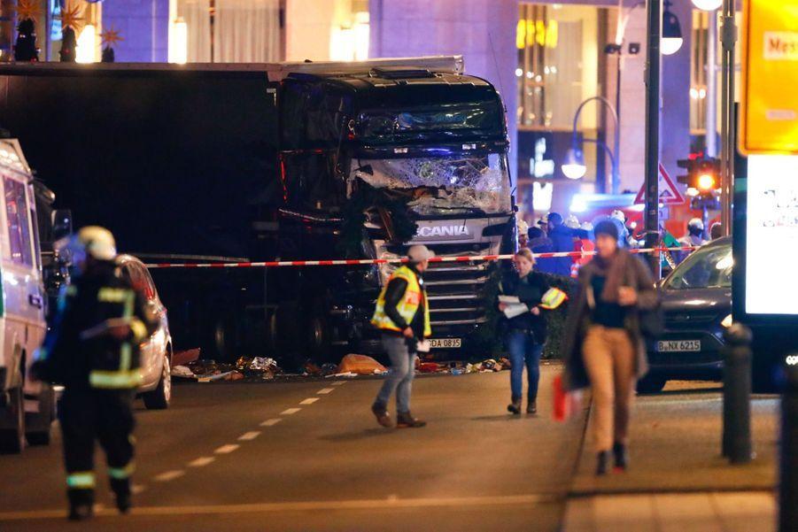 Un Camion Percute La Foule D'un Marché De Noël À Berlin 2