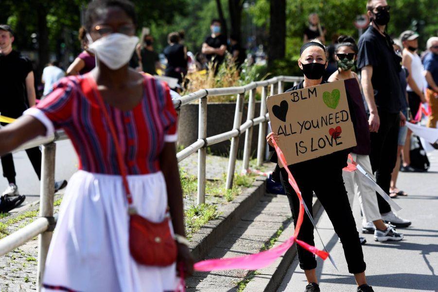 Manifestation sous forme de chaîne humaine à Berlin, le 14 juin 2020.