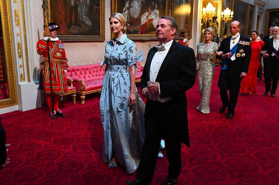 Ivanka Trump et le secrétaire d'Etat au commerce internationalLiam FoxàBuckingham Palace, le 3 juin 2019.