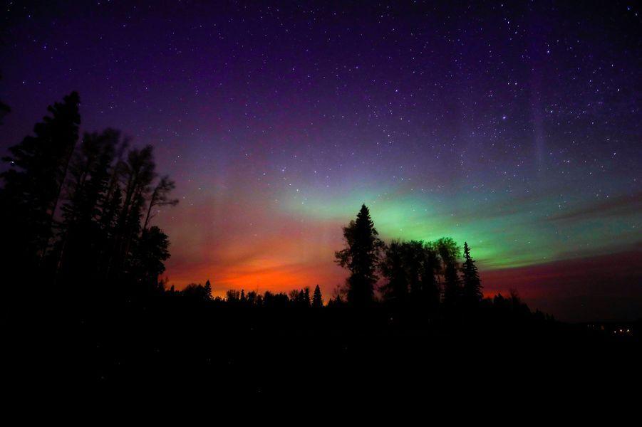 Les couleurs de l'incendie se mêlent à celles de l'aurore boréale, le 7 mai, près de Fort McMurray
