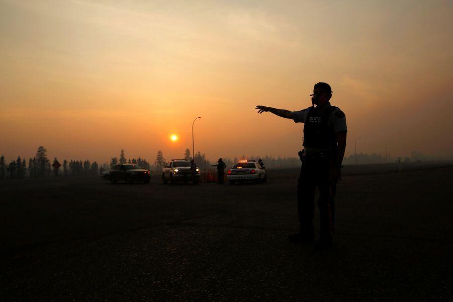 Près de Fort McMurray, la fumée de l'incendie assombrit l'air, vendredi