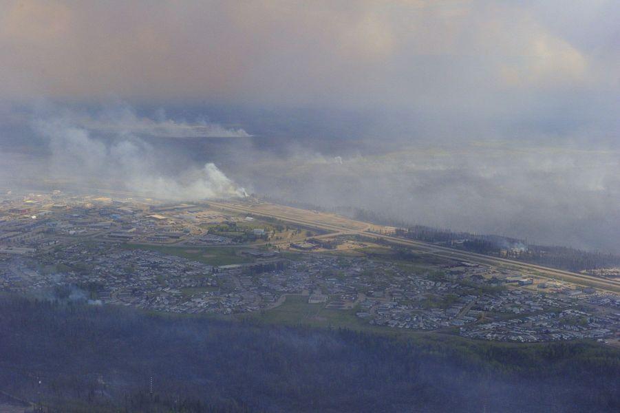 Vu aérienne de l'incendie près de Fort McMurray, jeudi 5 mai