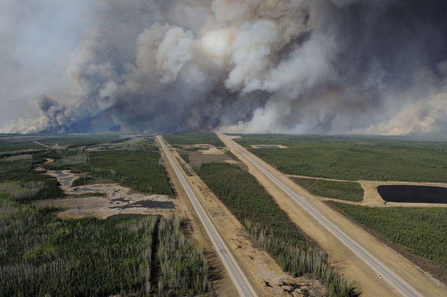 Vue aérienne de l'incendie, jeudi, au dessus de Fort McMurray