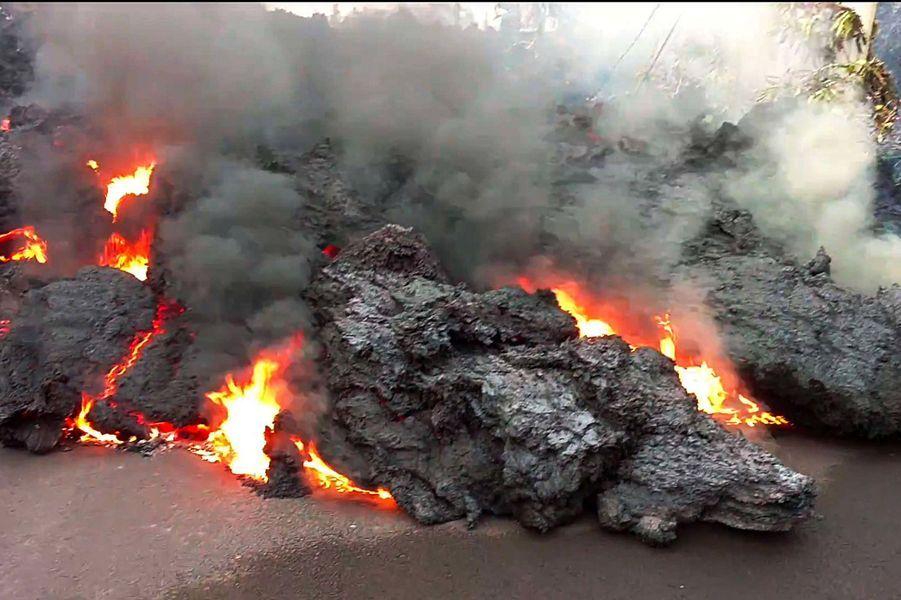 La lave ronge les routes dePahoa, à Hawaï.