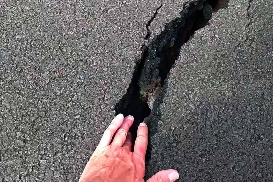 Selon la défense civile, 10 fissures volcaniques sont ouvertes.