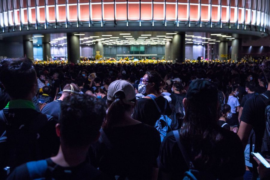 A l'extérieur du siège du Parlement à Hong Kong, lundi soir.