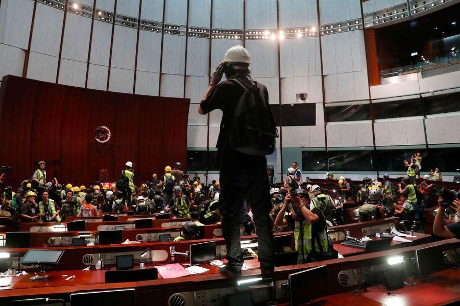 Dans l'hémicycle du Parlement de Hong Kong, lundi soir.