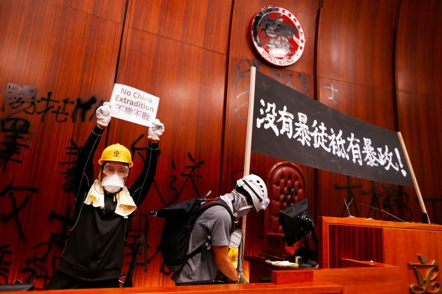 Dans l'hémicycle du Parlement de Hong Kong, lundi soir. Sur la bannière : «Il n'y a pas de voyons, seulement la tyrannie».