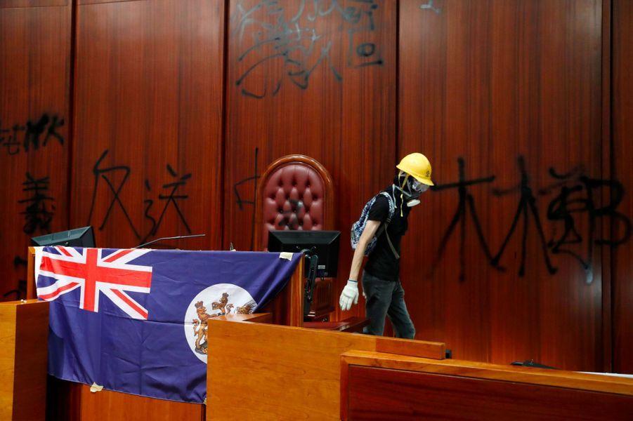 Un drapeau colonial de Hong Kong, déployé à l'intérieur de l'hémicycle du Parlement, lundi soir.