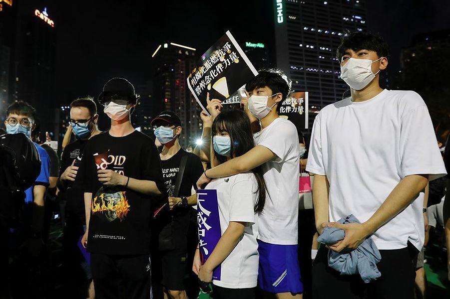 Pour la première fois en 30 ans, la police n'avait pas autorisé le traditionnel hommage aux victimes qui se tient chaque année dans le Parc Victoria, en invoquant les restrictions liées au coronavirus. Cela n'a pas empêché des milliers de Hongkongais de se rendre dans la rue.