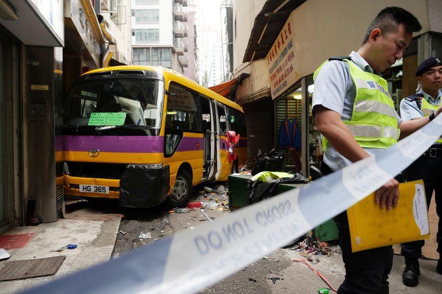 Trois personnes ont été tuées par un bus vide mal garé à Hong Kong, le 10 décembre 2018.