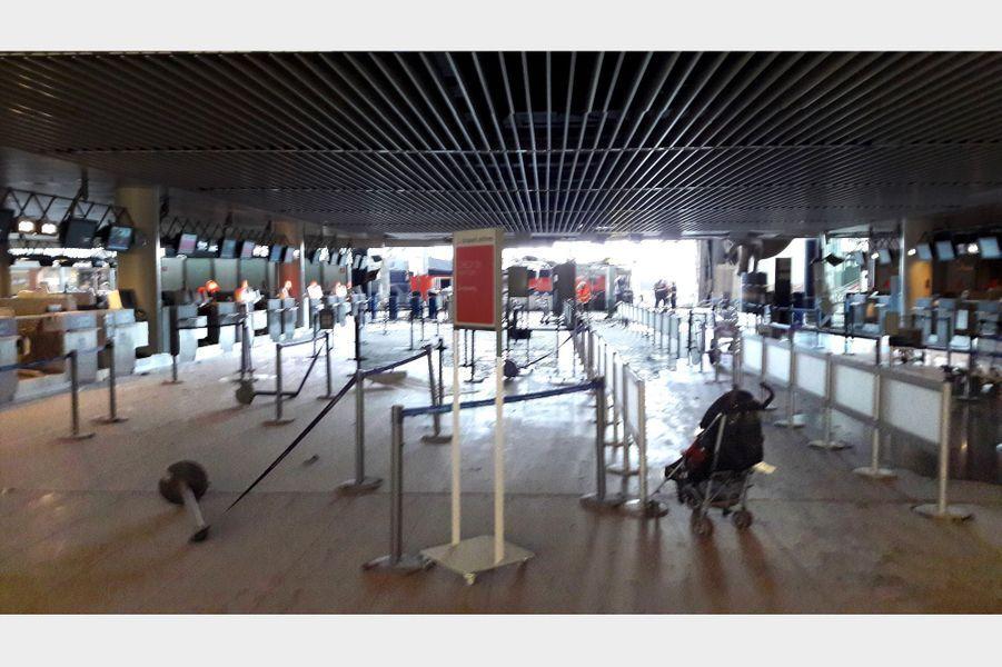 Les images prises peu de temps après les explosions à l'aéroport Zaventem de Bruxelles, le 22 mars 2016.