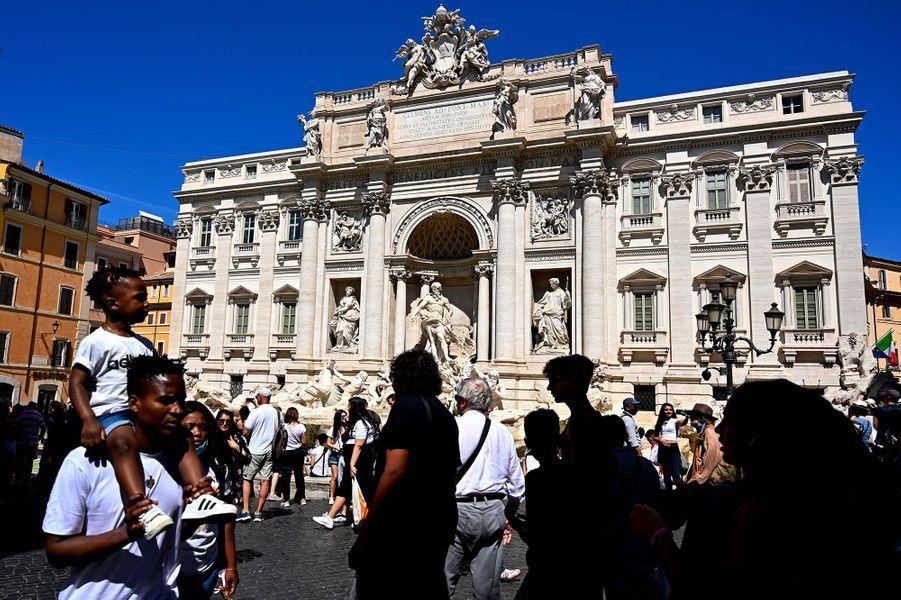 Les touristes devant la fontaine de Trévi de Rome, masqués ou non.