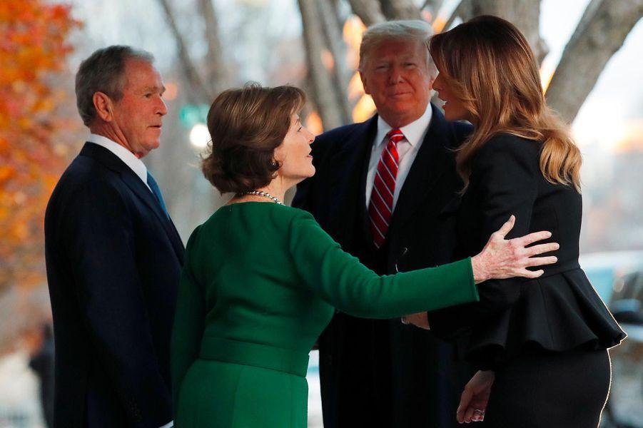 George W. et Laura Bush accueillent Donald et Melania Trump à Blair House, le 4 décembre 2018.