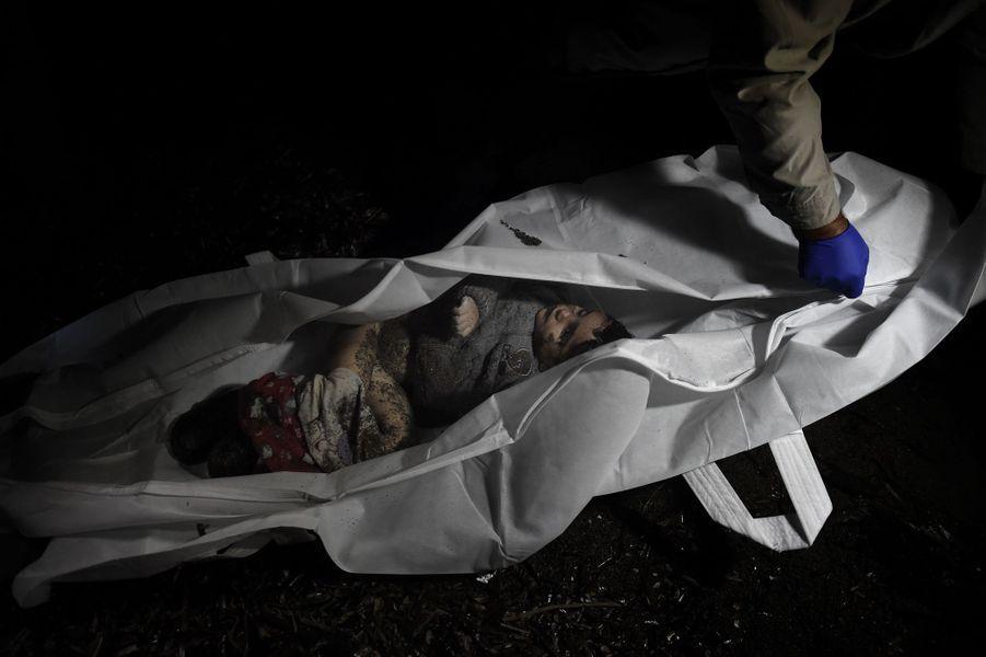 Dans ce sac mortuaire, un enfant décédé