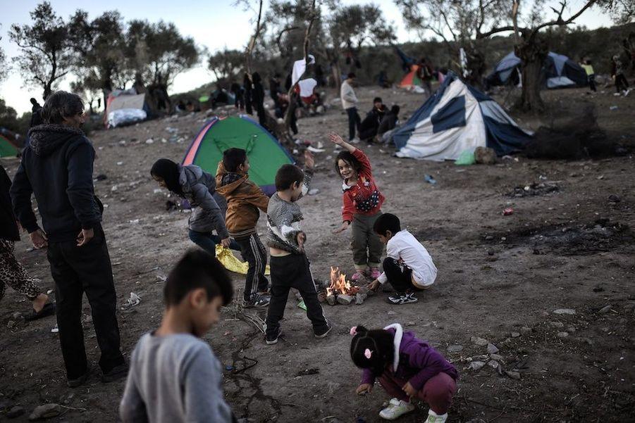 Dans un camp de fortune, les enfants survivants retrouvent le sourire