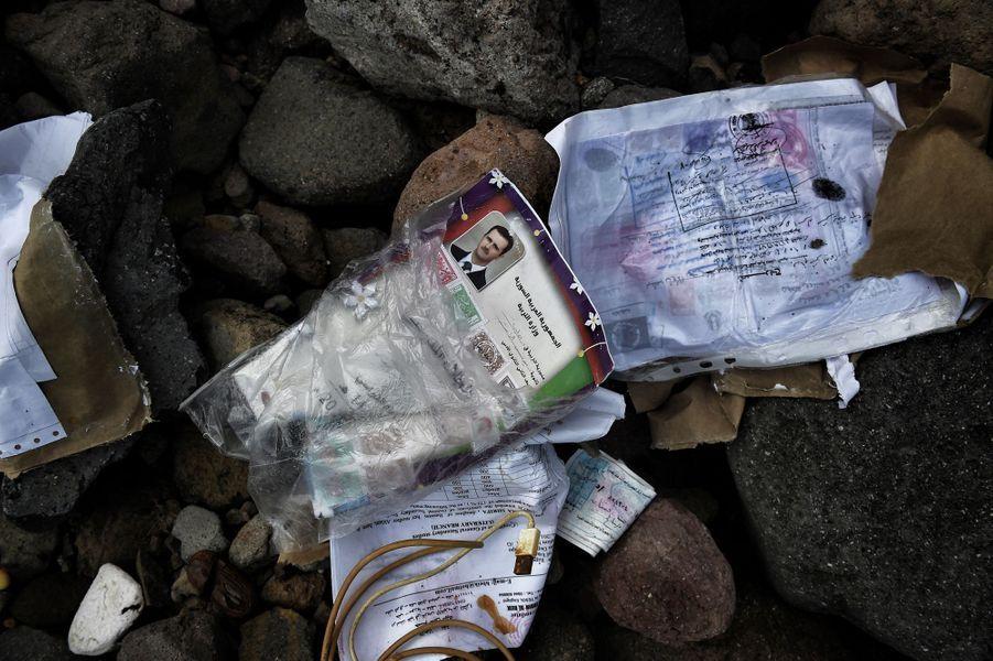 Enfermés dans des sacs plastiques, des papiers d'identité et des documents officiels, seuls biens des réfugiés