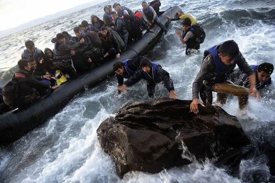 Le 1er octobre, des réfugiés débarquent à Lesbos au milieu des rochers battus par les flots