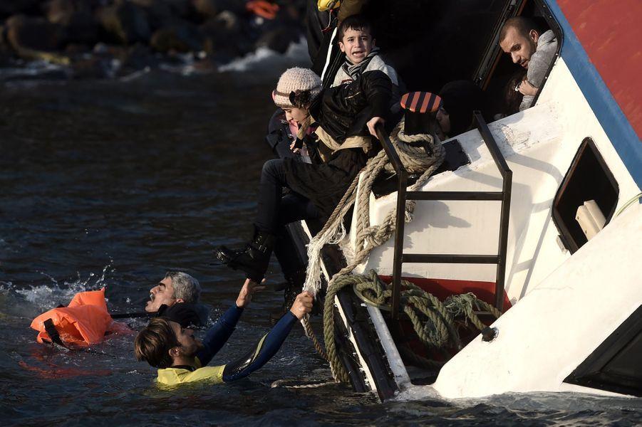 Le 30 octobre, un enfant pleure pendant que le bateau sombre