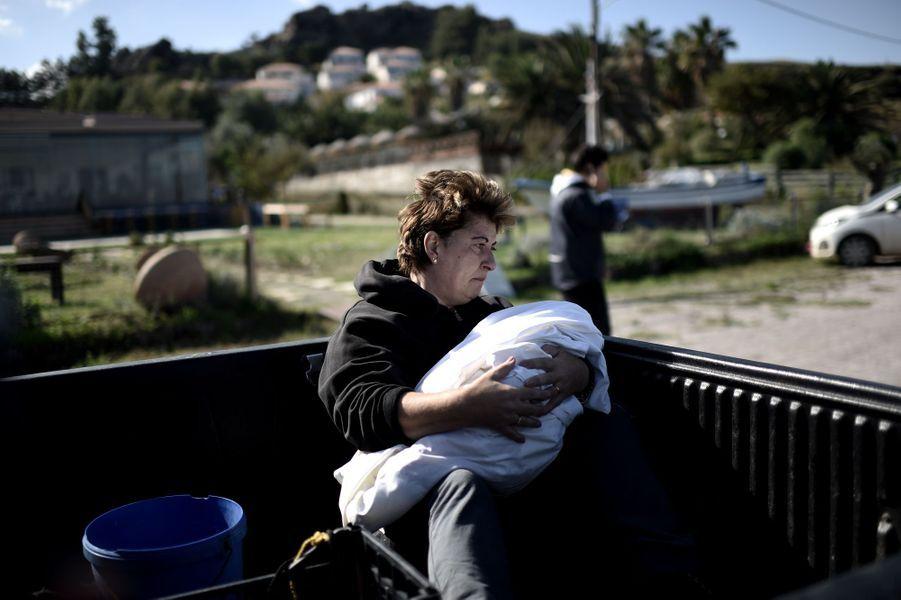 Le 30 octobre, une femme tient dans ses bras un bébé mort retrouvé sur la plage