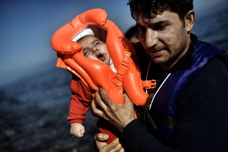 Le 5 octobre, un réfugié amène son bébé en pleurs sur la terre ferme