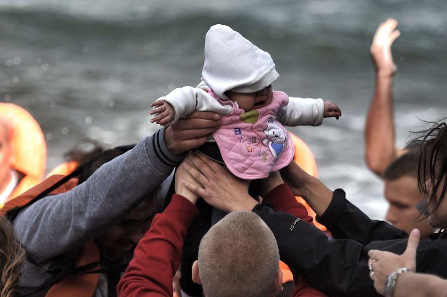 Porté de bras en bras, ce bébé a survécu au voyage