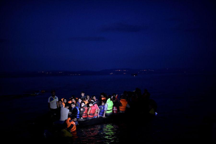Un canot gonflable surchargé arrive de nuit à Lesbos, le 7 octobre