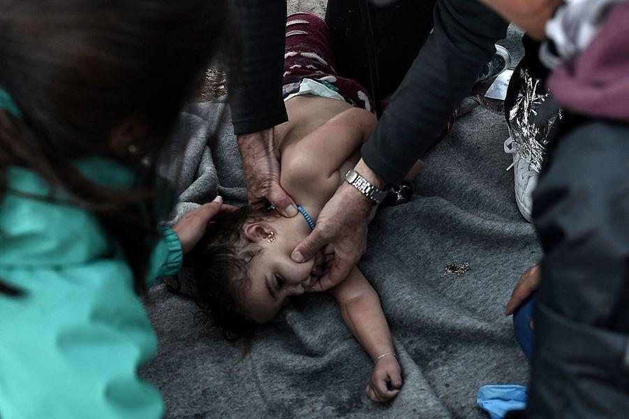 Une équipe de secouristes tente de réanimer cette petite fille.