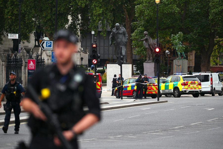 Des officiers de police dans le quartier du Parlement à Londres, le 14 août 2018.
