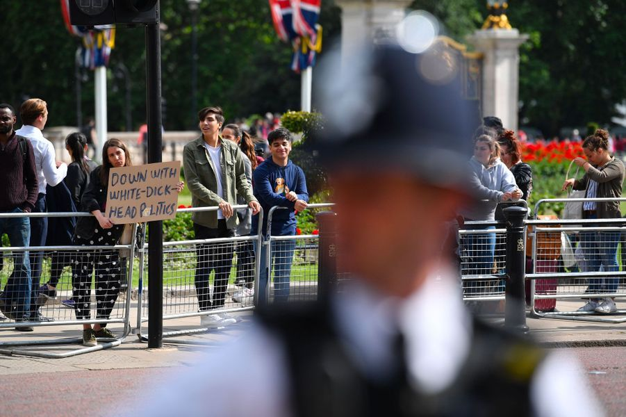 «A bas les politiques de connards blancs», proclame la pancarte tenue par une manifestante à l'extérieur de Buckingham Palace.