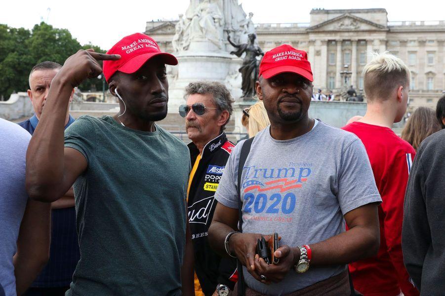 Deux manifestants pro-Trump, casquettes «MAGA» sur la tête, aux abords de Buckingham Palace, lundi.