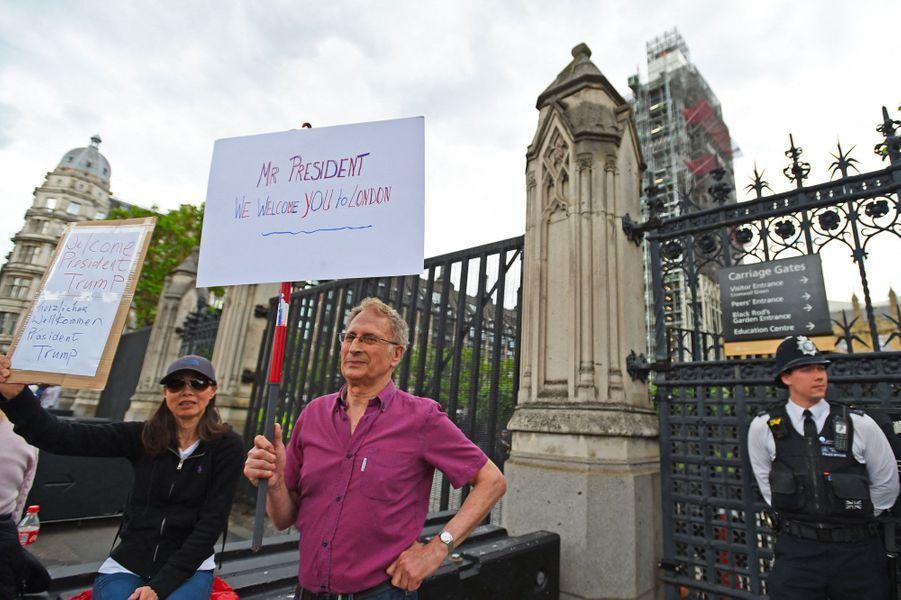 Devant le Palais de Westminster, deux manifestants souhaitent la bienvenue à Donald Trump, lundi à Londres.