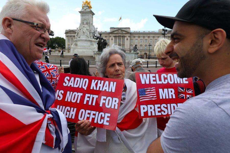Pro-Trump et anti-Khan, ces manifestants dénoncent le maire de Londres, Sadiq Khan, qui se trouve être musulman.