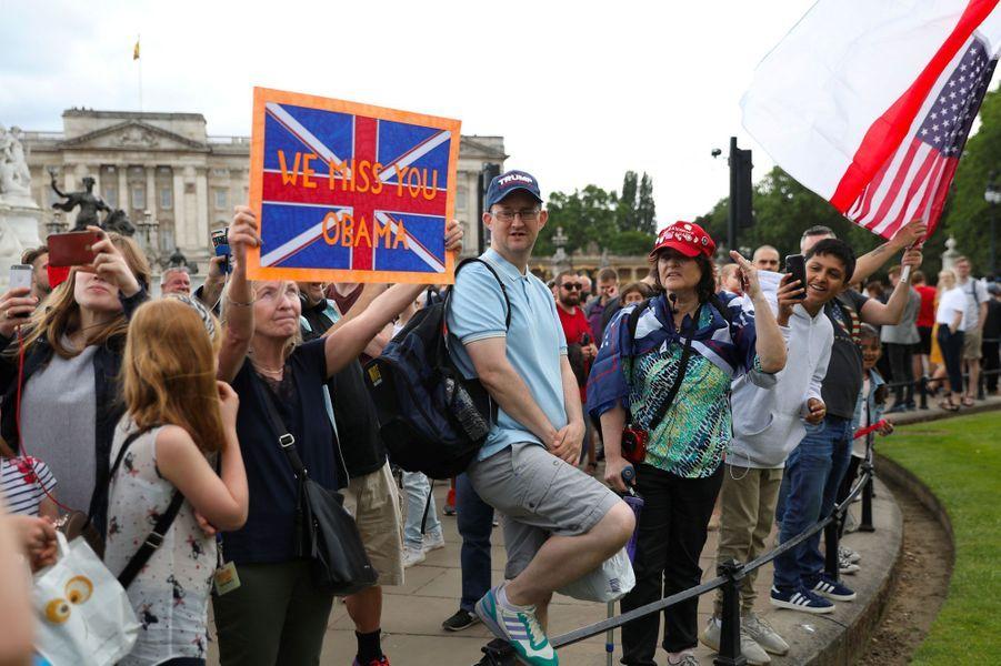 «Tu nous manques Obama», indique la pancarte de cette manifestante anti-Trump près de Buckingham Palace à Londres, lundi.