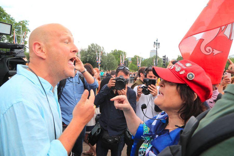Un manifestant anti-Trump face à une femme qui soutient le milliardaire, casquette «Make America great again» sur la tête, à Londres, lundi.