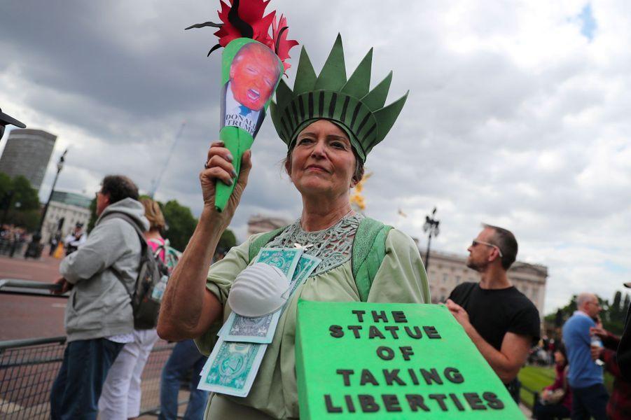 Une manifestante anti-Trump déguisée en «statue qui prend des libertés». «To take liberties» signifie manquer de respect en anglais.