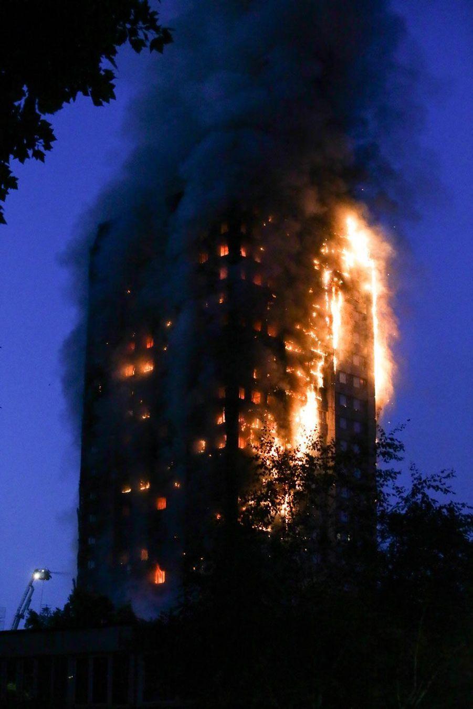 Au petit matin, les flammes dévoraient encore la Grenfell Tower.
