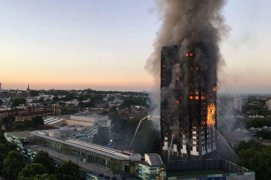 Alors que le soleil se levait sur Londres, mercredi matin, l'immeuble brûlait encore.