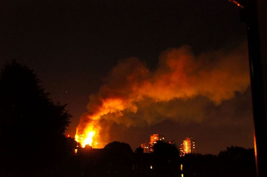 L'énorme incendie était visible de très loin dans le ciel londonien.