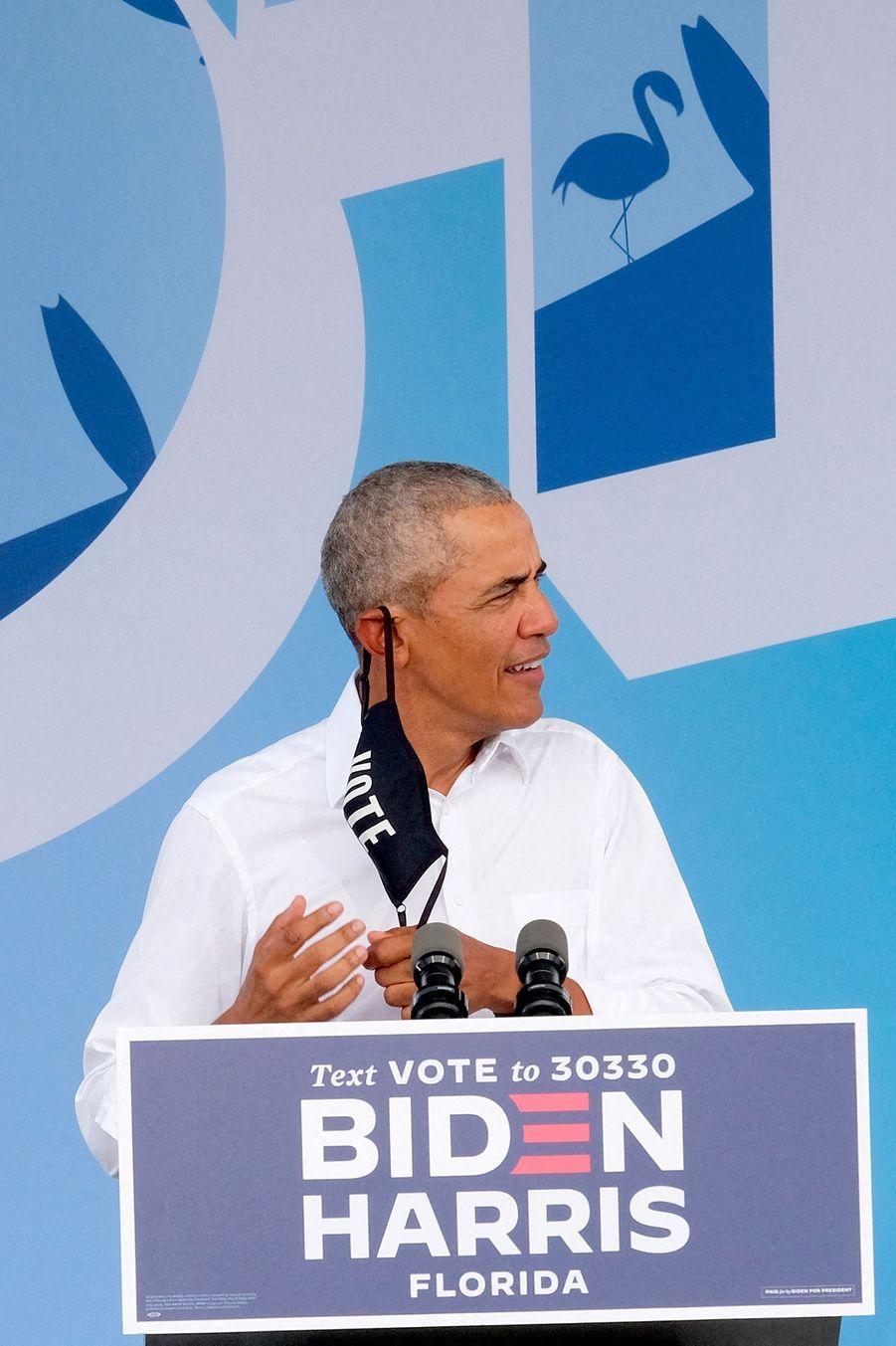"""Devant des Floridiens venus en voiture à Miami pour un meeting en format """"drive-in"""", Barack Obama a reproché au milliardaire républicain Donald Trump de ne toujours pas avoir de plan pour combattre le coronavirus."""