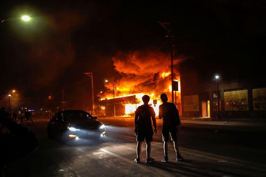 Une magasin d'alcool en flammes, jeudi soir, à Minneapolis.