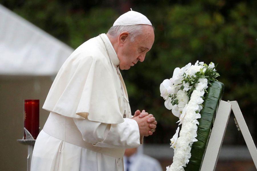 Le pape François se recueille après le dépôt d'une gerbe au parc de la paix, à Nagasaki, au Japon, dimanche.