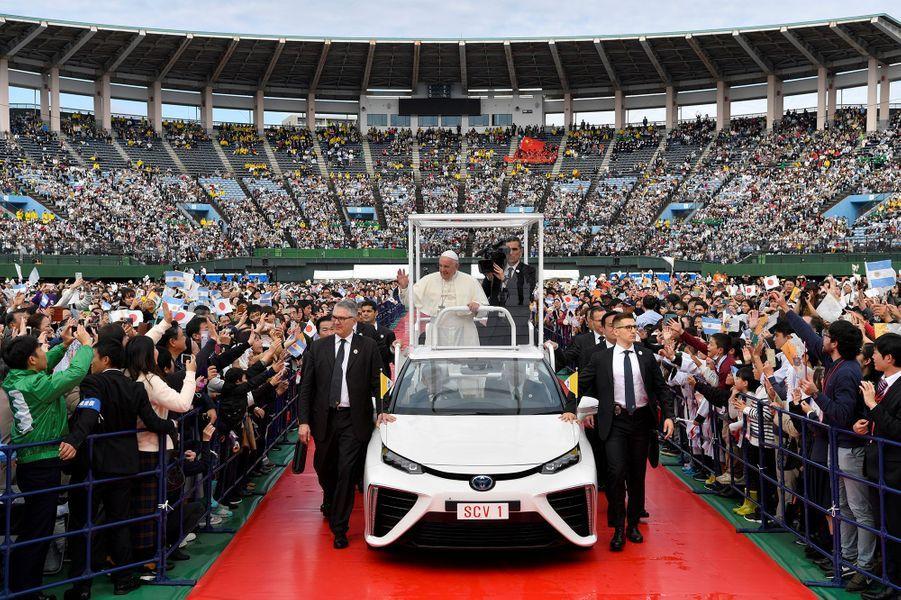 Arrivée du pape François au stade de baseball de Nagasaki, dimanche, pour une messe.
