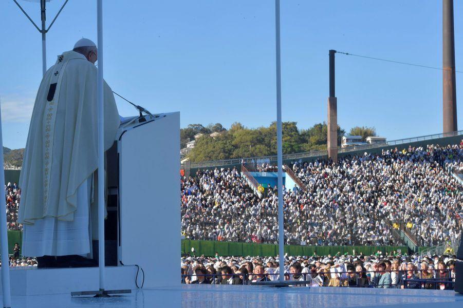 Le pape François durant la messe à Nagasaki, dimanche.