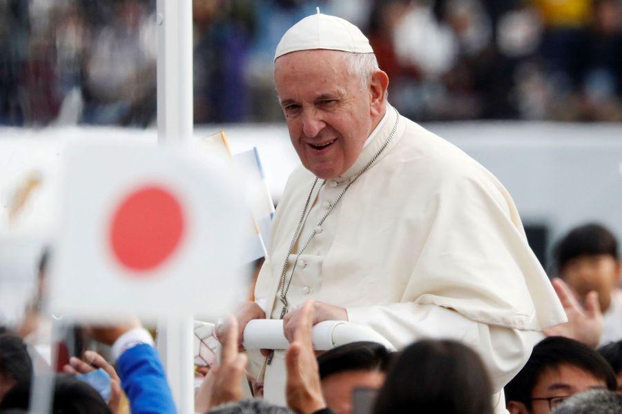 Le pape François salue les fidèles, dimanche à Nagasaki.