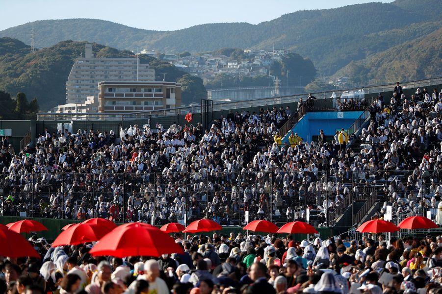 Les fidèles réunis en masse dimanche à Nagasaki, dans le stade de baseball, pour une messe célébrée par le pape François.