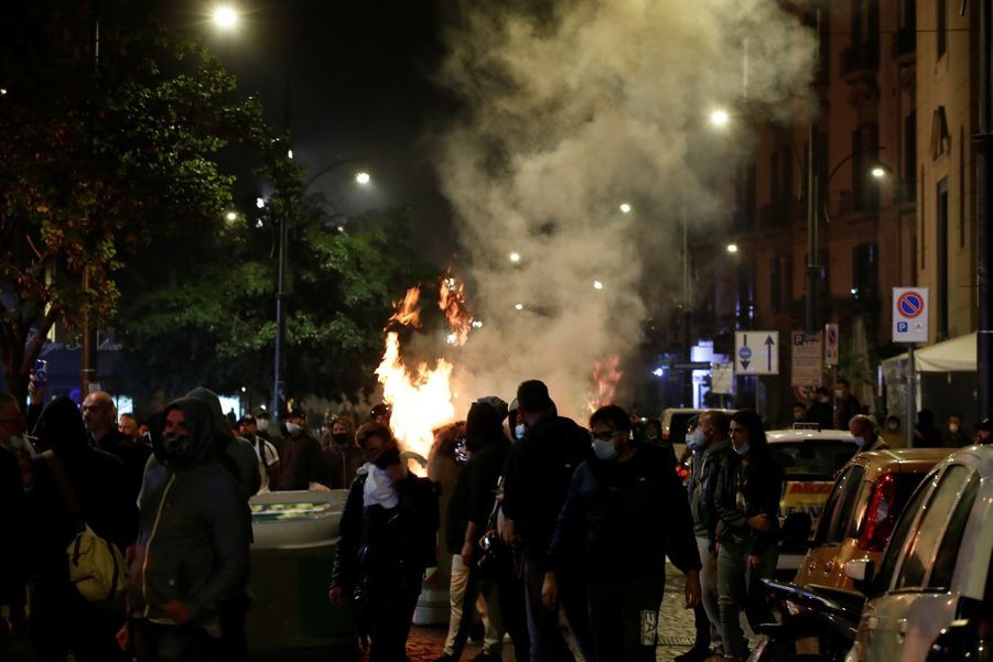 Manifestation à Naples, dans la nuit de vendredi à samedi.