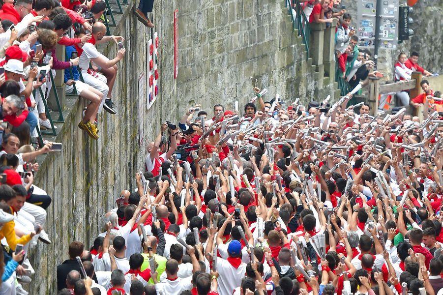 Avant le départ de la course, mardi, les participants chantent, à Pampelune.