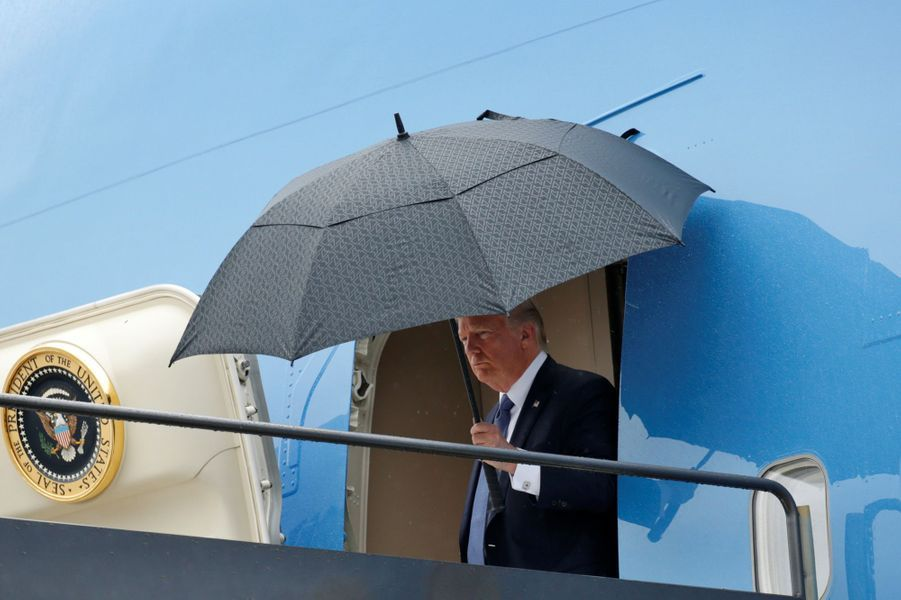 Donald Trump descendant d'Air Force One à l'aéroport de Newark, dans le New Jersey, le 14 juillet 2017.